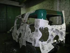Приклеиваем трафарет из газет, чтобы сделать пятна