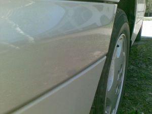 Подтек лака на переднем бампере автомобиля