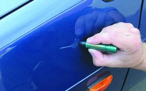 Удаление царапины с помощью карандаша для ретуширования.