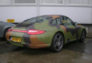 Автомобиль Porshe покрашенный в камуфляж